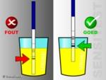 Dipstick niet te diep in de urine dippen.