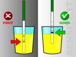 Ovulatietest type dipstick niet te diep in de urine houden.